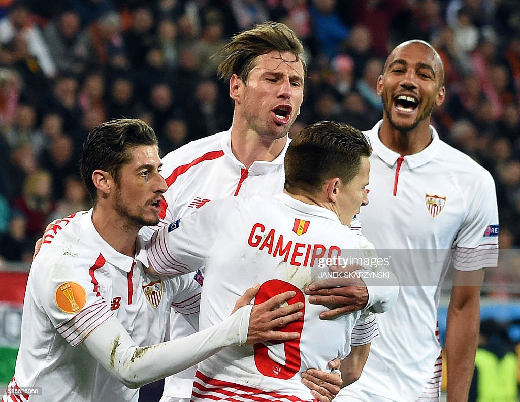 Sevilla FC Kevin Gameiro, Sergio Escudero(L), Grzegorz Krychowiak and Steven N'Zonzi (R) react after Gameiro scored a penalty against Shakhtar Donetsk during the UEFA Europa League semi-final football match FC Shakhtar Donetsk vs Sevilla FC at the Arena Lviv stadium in Lviv on April 28, 2016. / AFP / JANEK