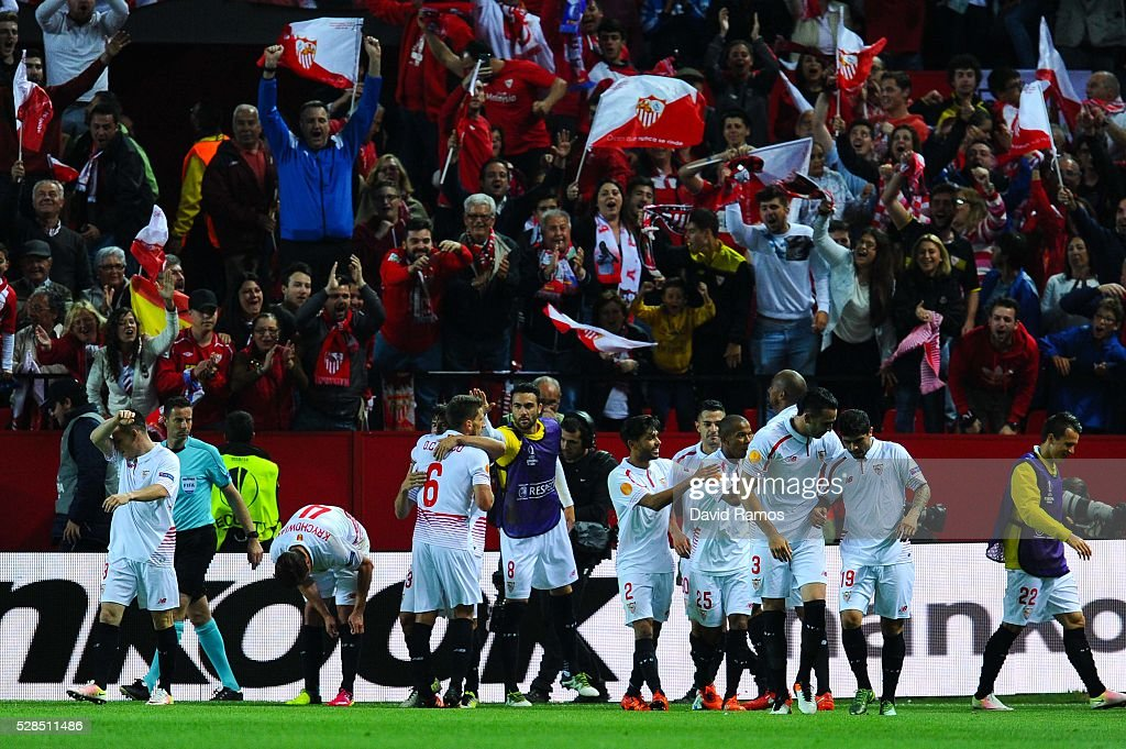 Sevilla FC players celebrate after Mariano Ferreria of Sevilla FC scored his team's third goal during the UEFA Europa League Semi Final second leg match between Sevilla and Shakhtar Donetsk at Estadio Ramon Sanchez-Pizjuan on May 05, 2016 in Seville, Spain.