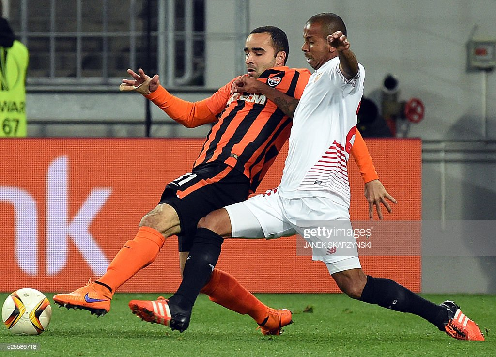 Sevilla FC's Brazilian defender Mariano Fereira (R) vies with Shakhtar Donetsk's Brazilian defender Ismaily during the UEFA European League, semi-final first leg football match between Sevilla FC and Shakhtar Donetsk at Arena Lviv Stadium in Lviv on April 28, 2016. / AFP / JANEK