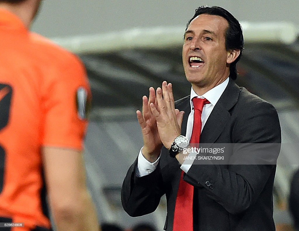 Sevilla FC's head coach Unai Emery reacts during the UEFA Europa League semi-final football match FC Shakhtar Donetsk vs Sevilla FC at the Arena Lviv stadium in Lviv on April 28, 2016. / AFP / JANEK