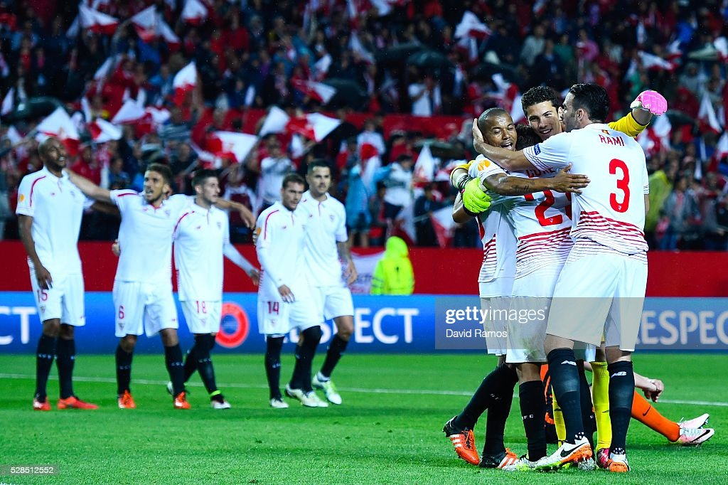 Sevilla players celebrate after defeating Shakhtar Donetsk during the UEFA Europa League Semi Final second leg match between Sevilla and Shakhtar Donetsk at Estadio Ramon Sanchez-Pizjuan on May 05, 2016 in Seville, Spain.