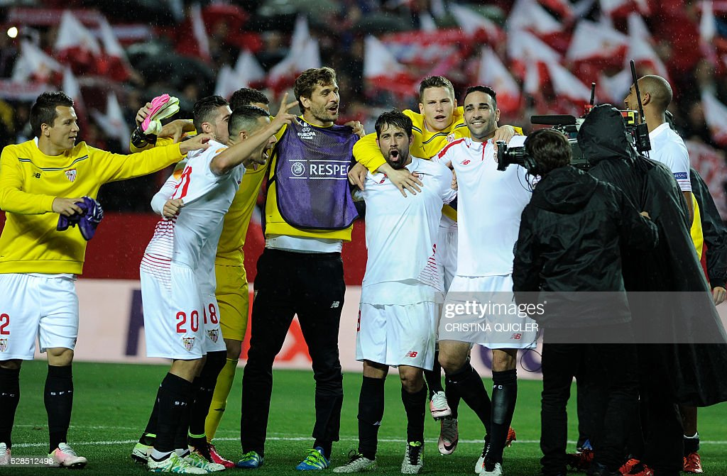 Sevilla players celebrate their victory over Shakhtar at the end of the UEFA Europa League semi-final second leg football match Sevilla FC vs Shakhtar Donetsk at the Ramon Sanchez Pizjuan stadium in Sevilla on May 5, 2016. / AFP / CRISTINA