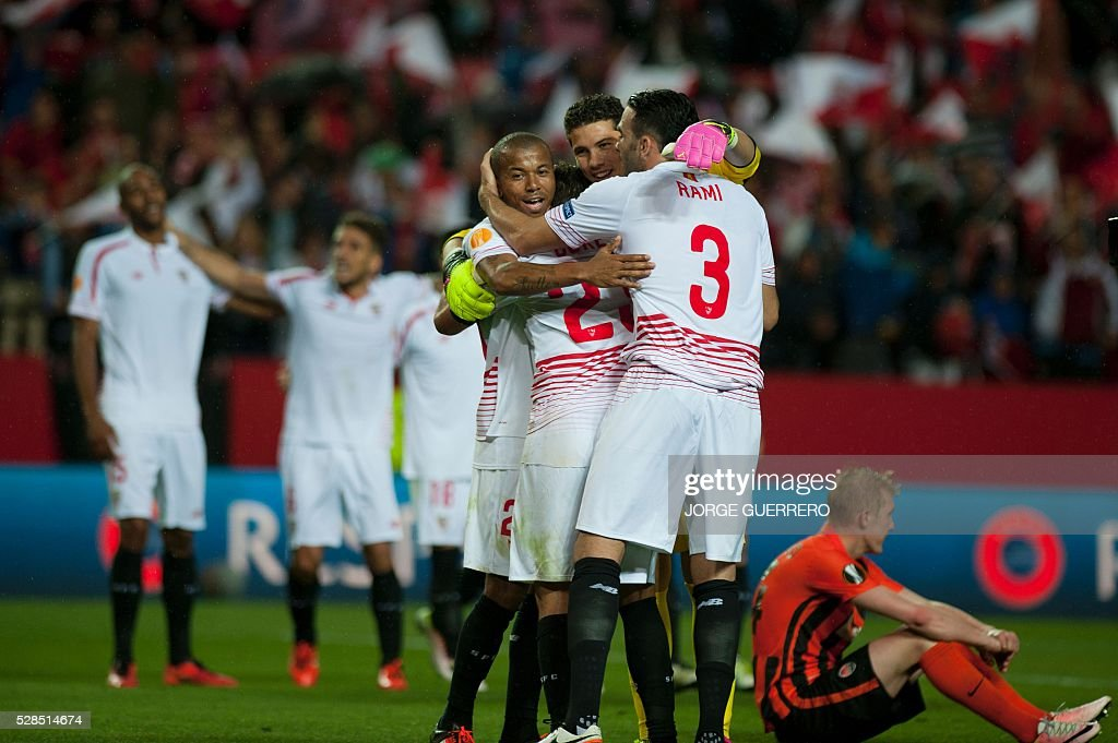 Sevilla players celebrate their victory over Shakhtar at the end of the UEFA Europa League semi-final second leg football match Sevilla FC vs Shakhtar Donetsk at the Ramon Sanchez Pizjuan stadium in Sevilla on May 5, 2016. Sevilla won 3-1. / AFP / JORGE