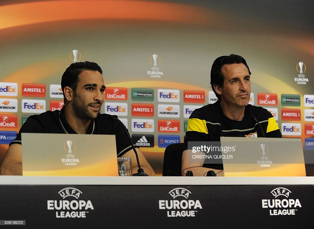 Sevilla's coach Unai Emery (R) and Sevilla's French defender Adil Rami give a press conference on May 4, 2016 on the eve of the UEFA Europa League semi-final second leg football match Sevilla FC vs Shakhtar Donetsk at the Ciudad Deportiva in Sevilla. / AFP / CRISTINA