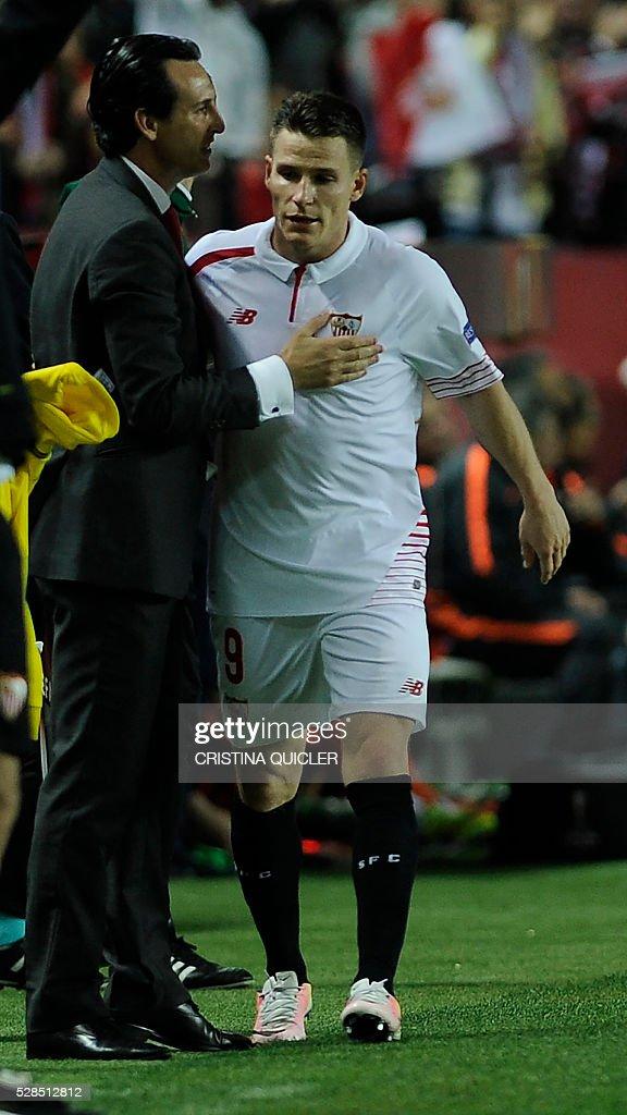 Sevilla's coach Unai Emery (L) congratulates Sevilla's French forward Kevin Gameiro during the UEFA Europa League semi-final second leg football match Sevilla FC vs Shakhtar Donetsk at the Ramon Sanchez Pizjuan stadium in Sevilla on May 5, 2016. Sevilla won 3-1. / AFP / CRISTINA