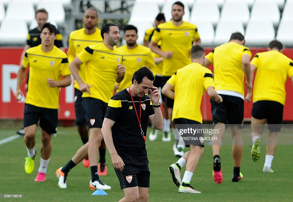 Sevilla's coach Unai Emery (C) gestures on the pitch during a training session on May 4, 2016 on the eve of the UEFA Europa League semi-final second leg football match Sevilla FC vs Shakhtar Donetsk at the Ciudad Deportiva in Sevilla. / AFP / CRISTINA