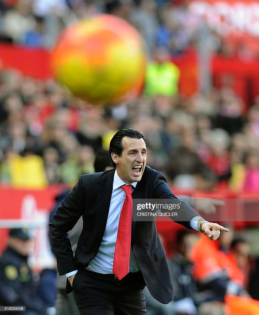 Sevilla's coach Unai Emery shouts instructions to players during the Spanish league football match FC Sevilla vs UD Las Palmas at the Ramon Sanchez Pizjuan stadium in Sevilla on February 14, 2016. Sevilla won 2-0. / AFP / CRISTINA QUICLER