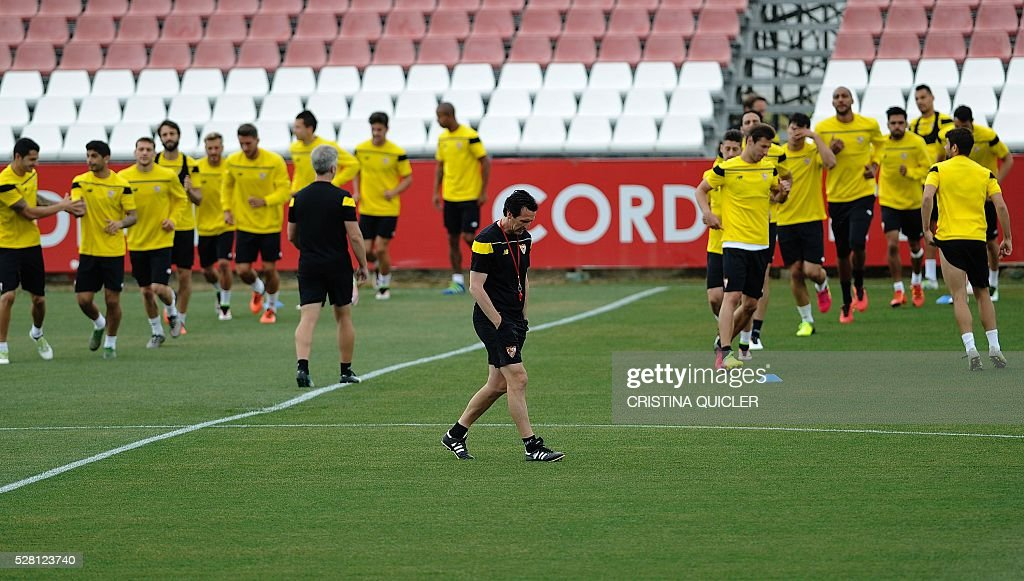 Sevilla's coach Unai Emery (C) walks on the pitch during a training session on May 4, 2016 on the eve of the UEFA Europa League semi-final second leg football match Sevilla FC vs Shakhtar Donetsk at the Ciudad Deportiva in Sevilla. / AFP / CRISTINA