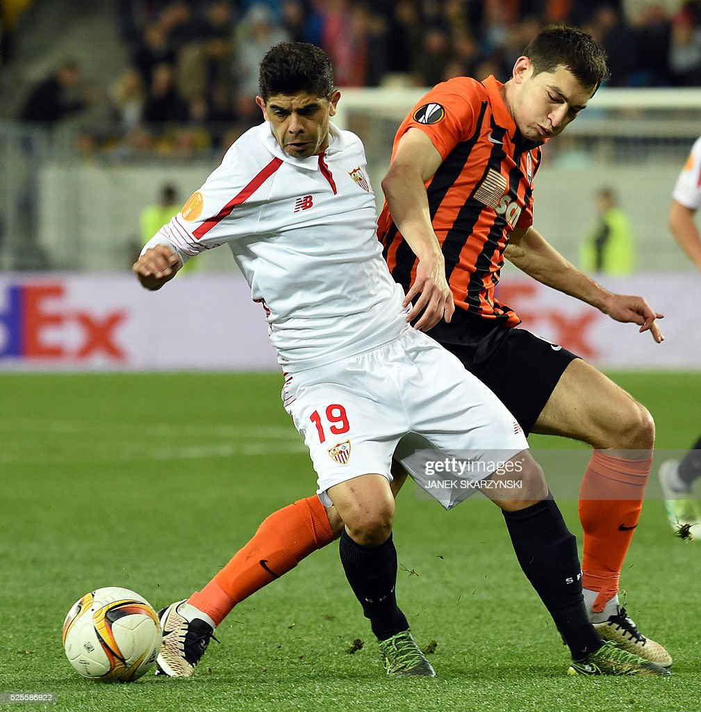 Sevilla's Ever Banega(L) vies with Shakhtar Donetsk's Taras Stepanenko during the UEFA European League, semi-final first leg football match between Sevilla FC and Shakhtar Donetsk at Arena Lviv Stadium in Lviv on April 28, 2016. / AFP / JANEK