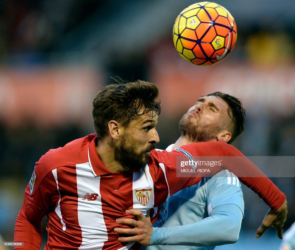 Sevilla's forward Fernando Llorente (L) vies with Celta Vigo's defender Sergi Gomez during the Spanish league football match RC Celta de Vigo vs Sevilla FC at the Balaidos stadium in Vigo on February 7, 2016. AFP PHOTO / MIGUEL RIOPA / AFP / MIGUEL RIOPA
