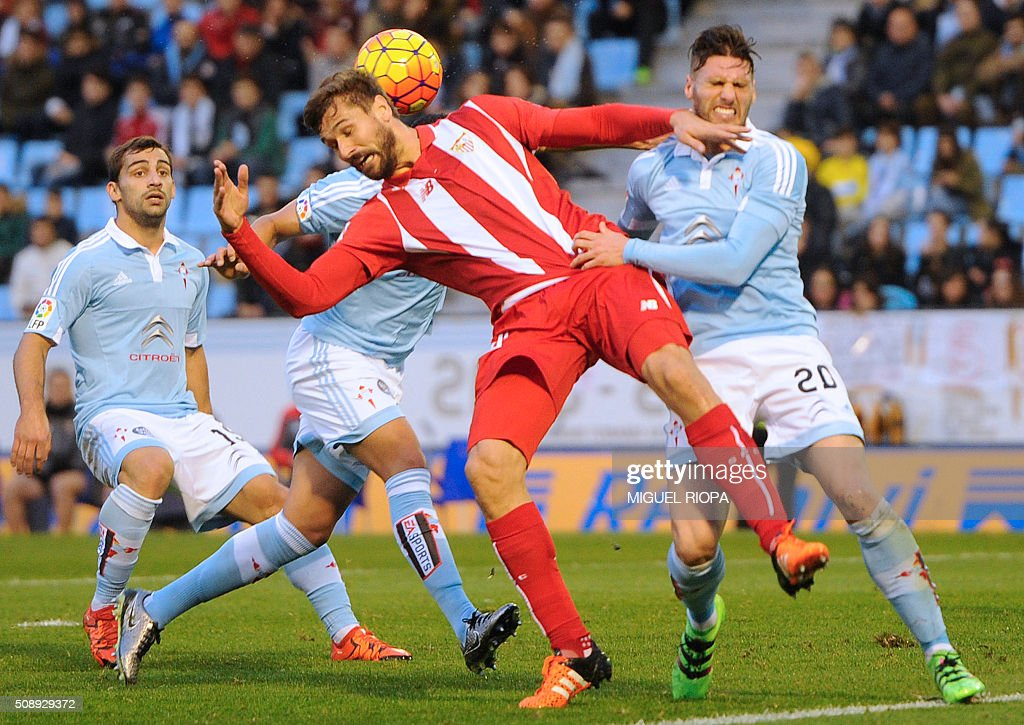 Sevilla's forward Fernando Llorente (C) vies with Celta Vigo's defender Sergi Gomez (R) during the Spanish league football match RC Celta de Vigo vs Sevilla FC at the Balaidos stadium in Vigo on February 7, 2016. AFP PHOTO / MIGUEL RIOPA / AFP / MIGUEL RIOPA