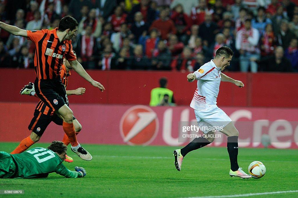 Sevilla's French forward Kevin Gameiro (R) shoots to score during the UEFA Europa League semi-final second leg football match Sevilla FC vs Shakhtar Donetsk at the Ramon Sanchez Pizjuan stadium in Sevilla on May 5, 2016. / AFP / CRISTINA