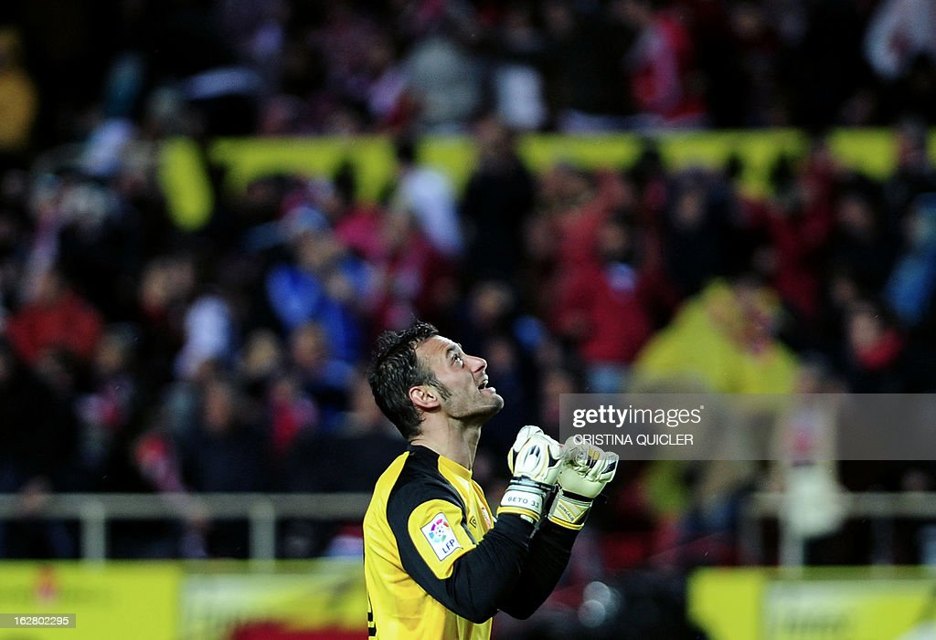 Sevilla's goalkeeper Beto reacts during the Copa del Rey (King's Cup) semi-final second leg football match Sevilla FC vs Atletico de Madrid at the Ramon Sanchez Pizjuan staduim in Sevilla on February 27, 2013. The match ended in a 2-2 draw. AFP PHOTO / CRISTINA QUICLER