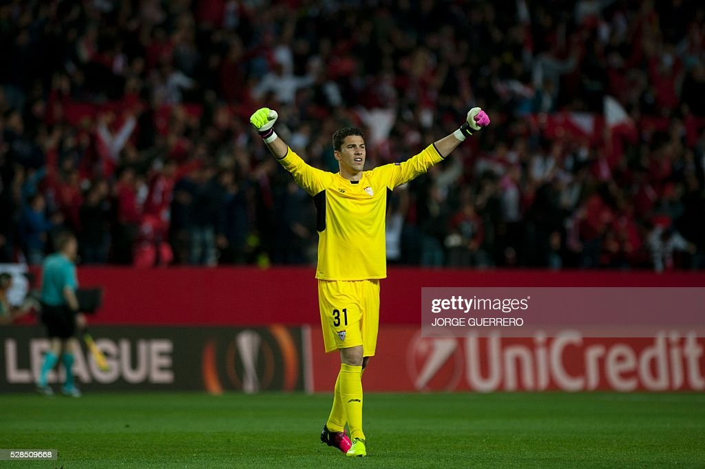 Sevilla's goalkeeper David Soria celebrates the first goal of his teammate French forward Kevin Gameiro during the UEFA Europa League semi-final second leg football match Sevilla FC vs Shakhtar Donetsk at the Ramon Sanchez Pizjuan stadium in Sevilla on May 5, 2016. / AFP / JORGE
