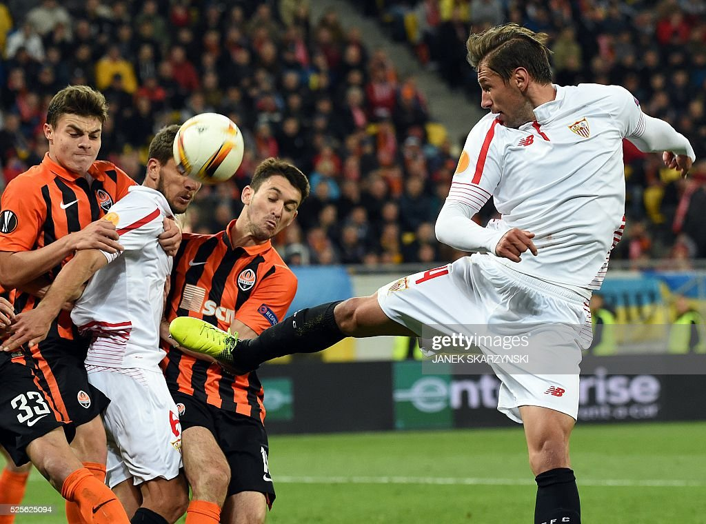 Sevilla's Grzegorz Krychowiak (R) vies with Shakhtar Donetsk's Victor Kovalenko during the UEFA Europa League semi-final football match FC Shakhtar Donetsk vs Sevilla FC at the Arena Lviv stadium in Lviv on April 28, 2016. / AFP / JANEK