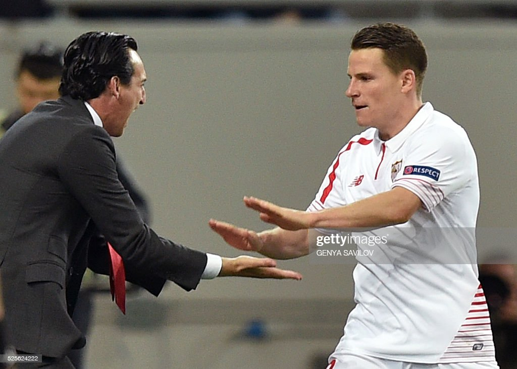 Sevillas head coach Unai Emery (L) congratulates Kevin Gameiro (R) on scoring during the UEFA Europa League semi-final football match FC Shakhtar Donetsk vs Sevilla FC at the Arena Lviv stadium in Lviv on April 28, 2016. / AFP / GENYA