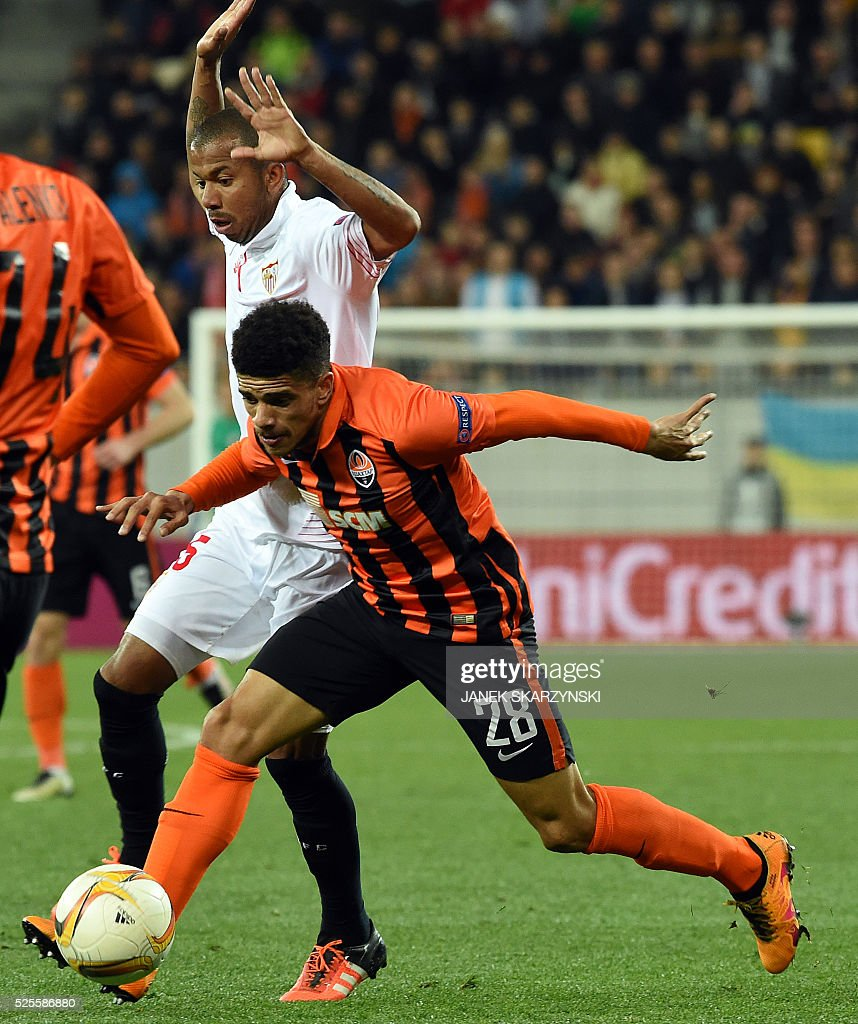 Sevilla's Mariano Fereira (L) vies with Shakhtar Donetsk Taison during the UEFA European League, semi-final first leg football match between Sevilla FC and Shakhtar Donetsk at Arena Lviv Stadium in Lviv on April 28, 2016. / AFP / JANEK