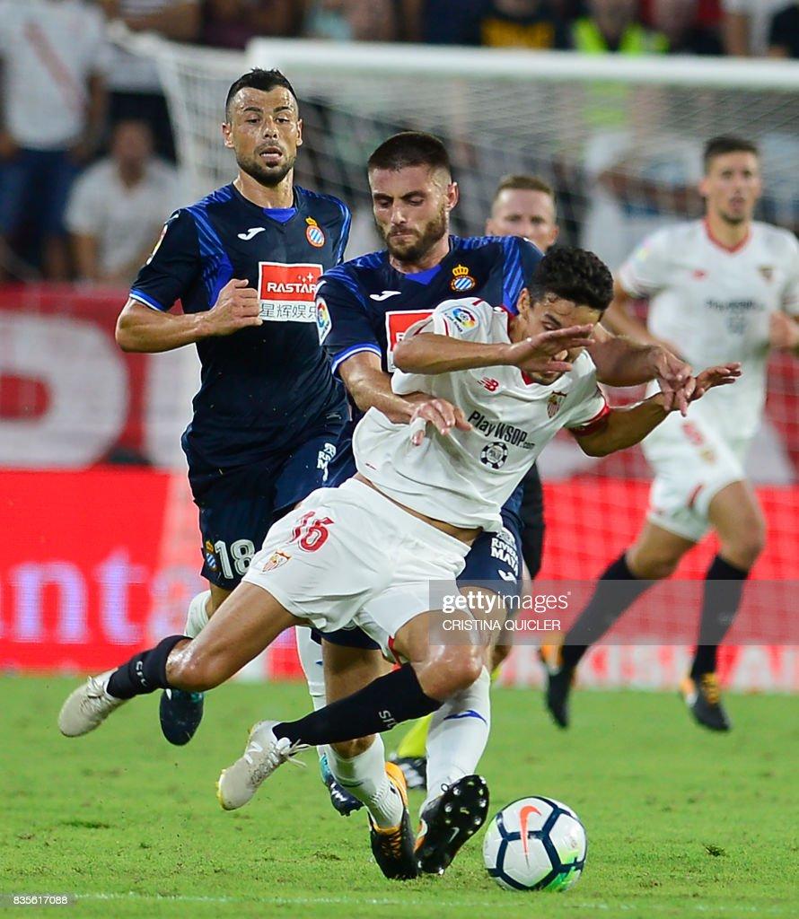 Sevilla's midfielder Jesus Navas (R) vies with Espanyol's midfielder David Lopez (L) during the Spanish league football match Sevilla FC vs Espanyol on August 19, 2017. QUICLER