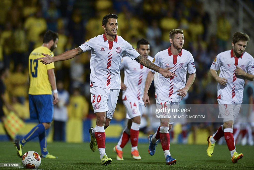 Sevilla's midfielder Victor Machin (2nd L) celebrates after scoring during the UEFA Europa League, group H, football match Estoril vs Sevilla at the Antonio Coimbra da Mota stadium in Estoril on September 19, 2013.