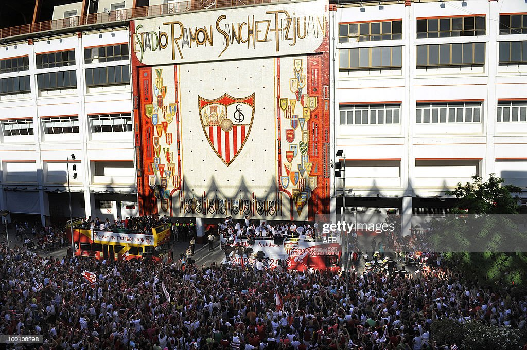 Sevilla's players celebrate after winning the King's Cup final match against Atletico Madrid, in Seville on May 20, 2010.