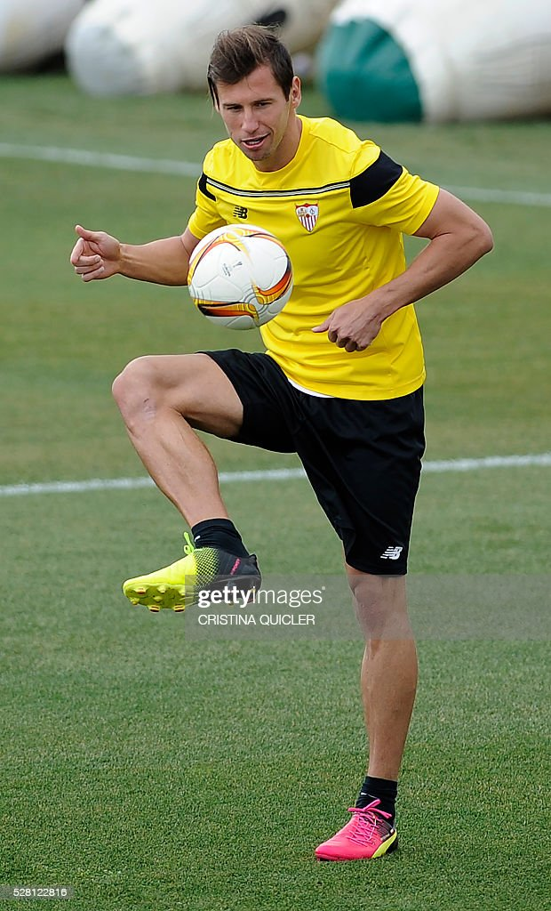 Sevilla's Polish midfielder Grzegorz Krychowiak controls the ball during a training session on May 4, 2016 on the eve of the UEFA Europa League semi-final second leg football match Sevilla FC vs Shakhtar Donetsk at the Ciudad Deportiva in Sevilla. / AFP / CRISTINA