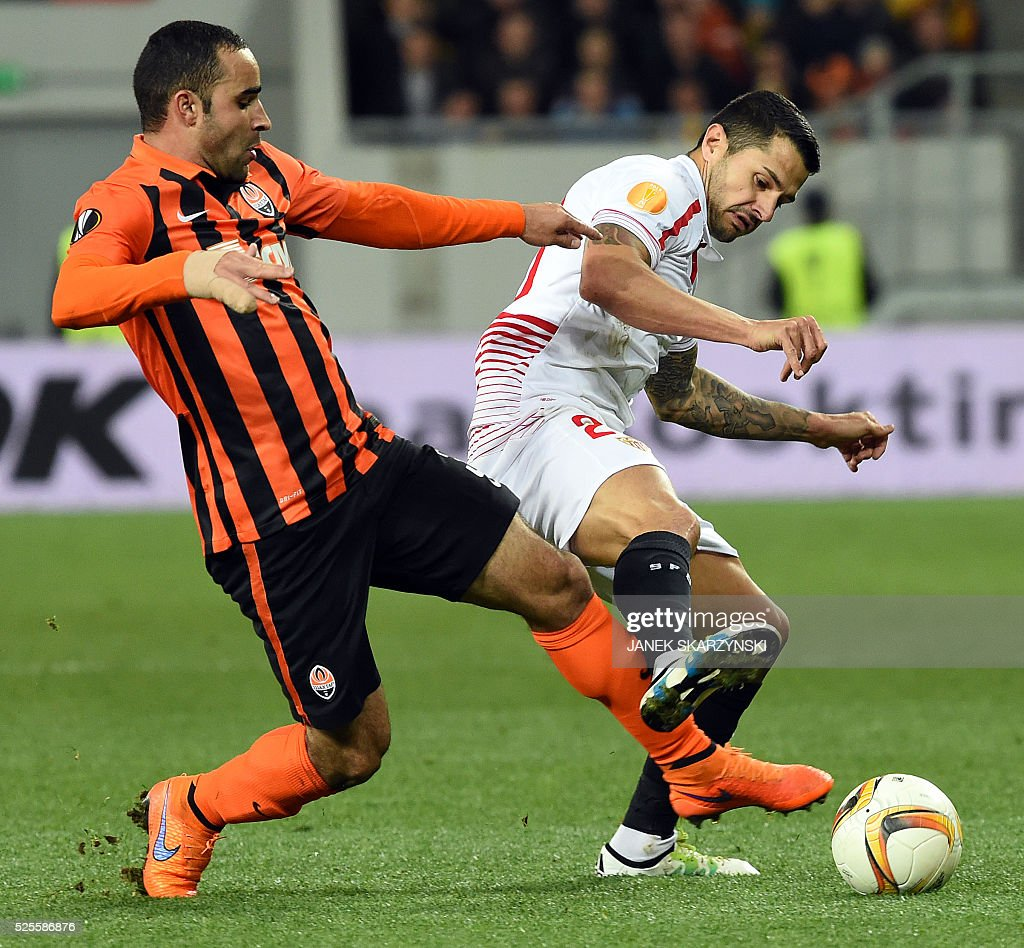 Sevilla's Vitolo (R) vies with Shakhtar Donetsk Ismaily during the UEFA European League, semi-final first leg football match between Sevilla FC and Shakhtar Donetsk at Arena Lviv Stadium in Lviv on April 28, 2016. / AFP / JANEK