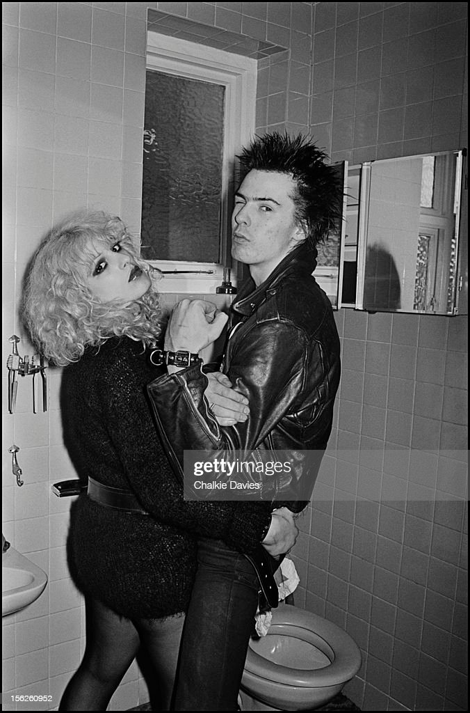 Sex Pistols bassist Sid Vicious (1957 - 1979) and his girlfriend Nancy Spungen (1958 - 1978) in the bathroom at the Cricklewood home of photographer Chalkie Davies, London, 1978.