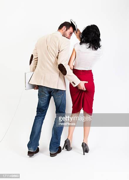 Harcèlement sexuel. Femme en tapant sur son collègue dans l'ordre du jour
