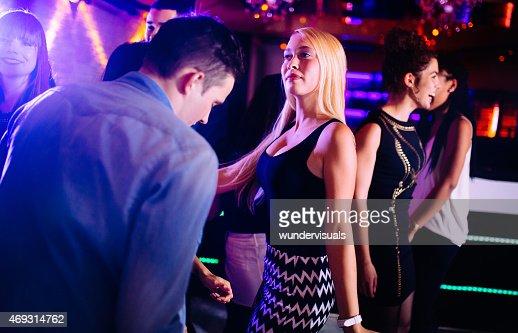 Club nocturno interracial rubia