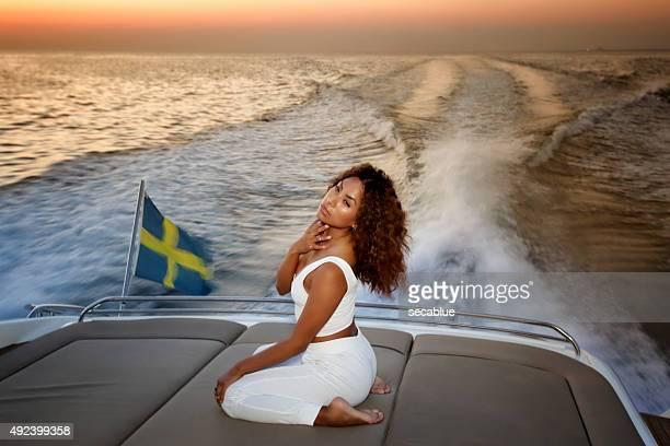 Sexy Mädchen auf einer yacht in der Dämmerung