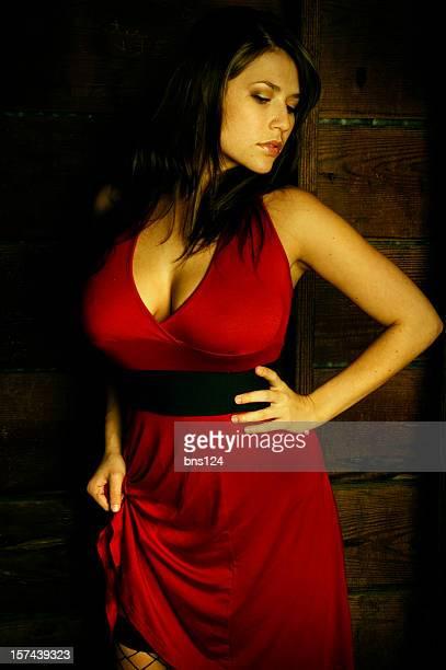 モデルでセクシーな赤いドレス