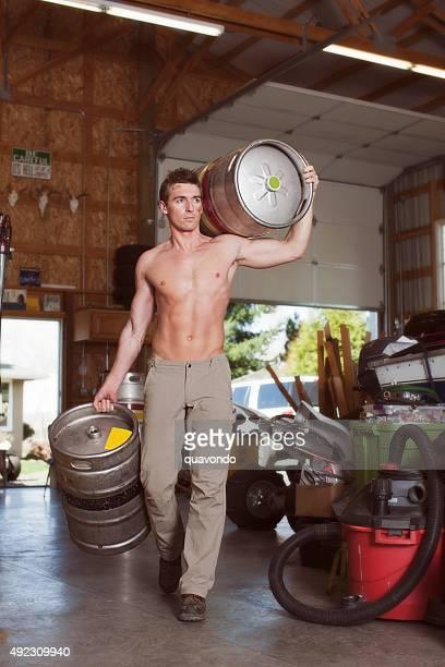 Muskel Sexy Mann mit zwei Kegs Bier