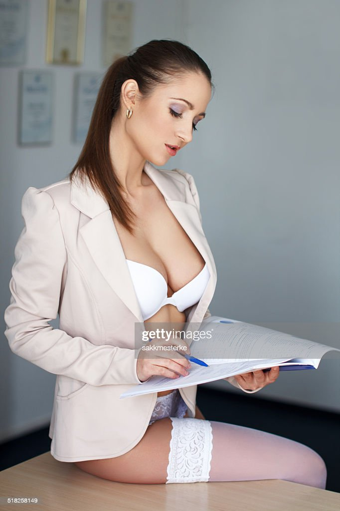 Secrtaire Sexy En Sousvtements Sur Le Bureau Photo Thinkstock