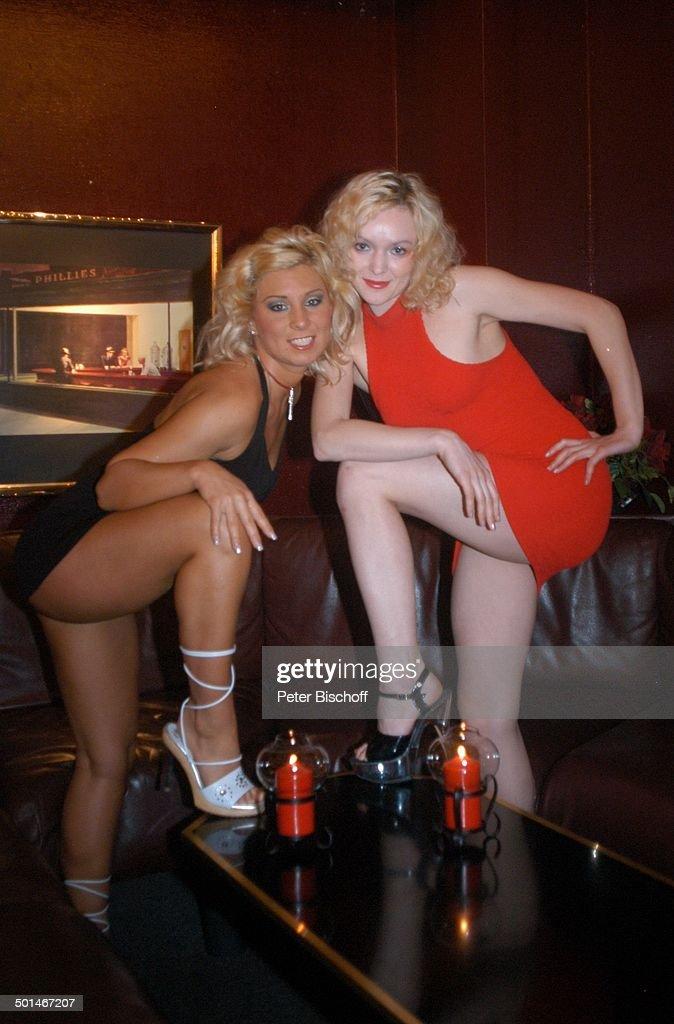 2 sexy Tänzerinnen (in schwarzem und rotem Minikleid) mit High ...