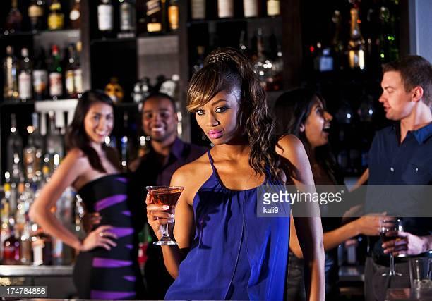 Sexy femme au bar