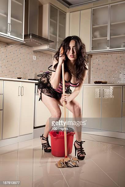 Sexy femme dans une cuisine.