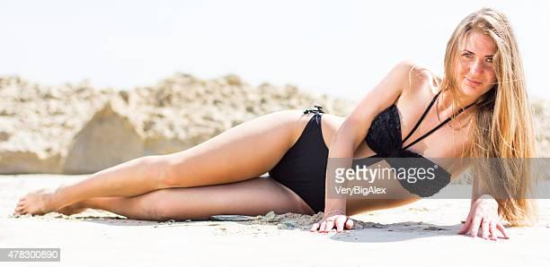 Sexy Frau im bikini am Strand mit weißem sand.