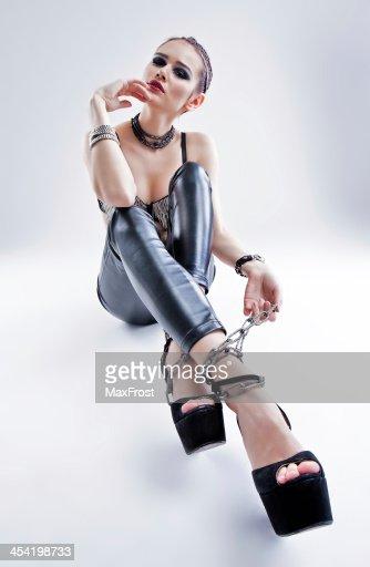 Mulher sexy em calças de couro : Foto de stock