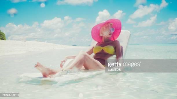 Sexy Frau im seichten Wasser, Malediven