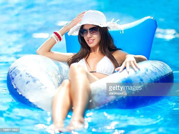 Séduisante jeune femme flottant
