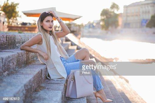 Elegante Sexy jovem hipster mulher a posar