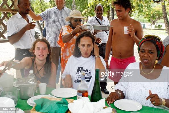 Ségolène Royal defeated French Socialist presidential candidate and president of PoitouCharentes region have lunch 09 August 2007 on the beach in...