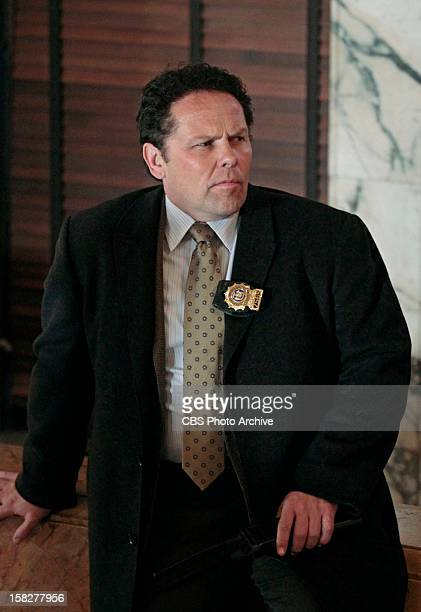 'Shadow Box' Det Fusco helps Carter run interference between the FBI who are zeroing in on the 'œMan in the Suit' and Reese and Finch who are busy...