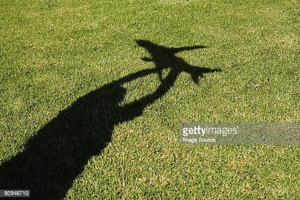 Ombre de garçon tenant un jouet avion