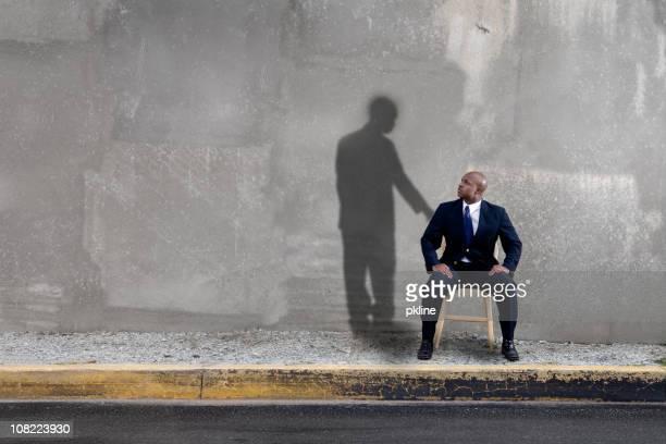 Shadow regardant un homme