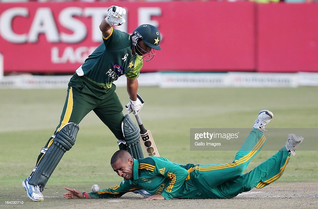 <a gi-track='captionPersonalityLinkClicked' href=/galleries/search?phrase=Shahid+Afridi&family=editorial&specificpeople=193846 ng-click='$event.stopPropagation()'>Shahid Afridi</a> and <a gi-track='captionPersonalityLinkClicked' href=/galleries/search?phrase=Robin+Peterson&family=editorial&specificpeople=843359 ng-click='$event.stopPropagation()'>Robin Peterson</a> clash during the 4th Momentum One Day International match between South Africa and Pakistan at Sahara Stadium Kingsmead on March 21, 2013 in Durban, South Africa.