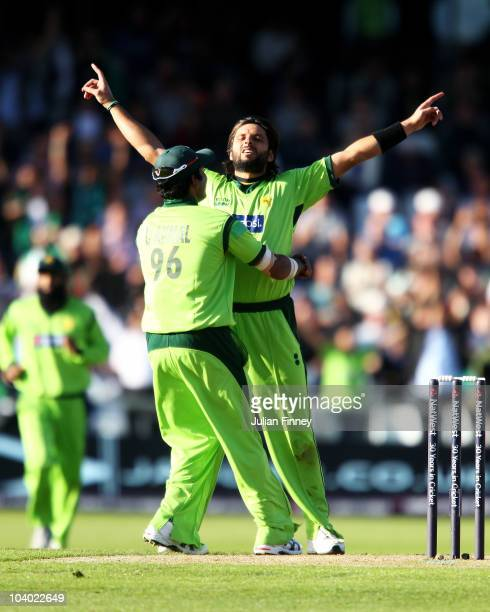 Shahid Afridi of Pakistan celebrates the wicket of Paul Collingwood of England with Umar Akmal during the 2nd NatWest One Day International between...