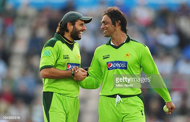 Shahid Afridi of Pakistan smiles with Shoaib Akhtar during the 5th NatWest One Day International between England and Pakistan at The Rose Bowl on...