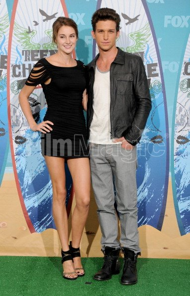 Shailene Woodley And Daren Kagasoff Pose In The Press Room For Teen Filmmagic 139341793 But recently, shailene woodley revealed she's currently in love when she chatted about the current status of her love life for the april issue of elle magazine. 2