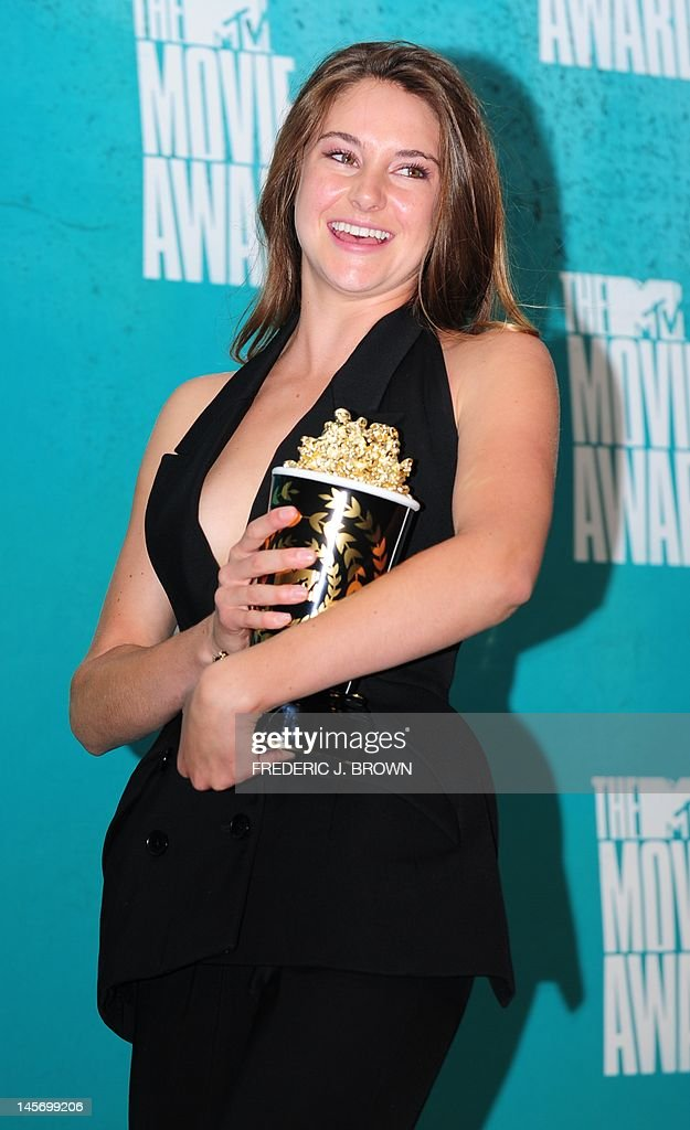 Shailene Woodley holds her award for 'Best Breakthrough Performance' for her role in 'The Descendants,' in the press room at the MTV Movie Awards at Universal Studios, in Los Angeles, California, on June 3, 2012. AFP PHOTO / FREDERIC J. BROWN